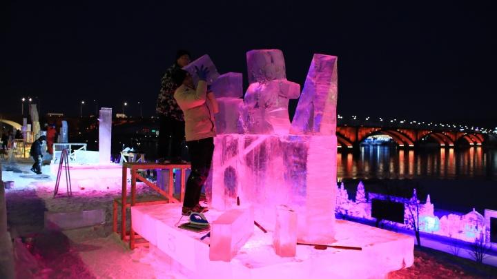 Из глыб снега и льда на набережной начали делать скульптуры
