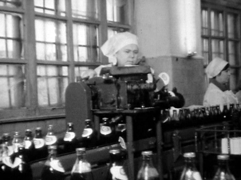 Рабочие пивзавода на Береговой выпускают газировку «Тархун». 1986 год
