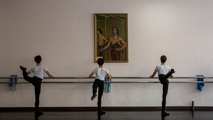 Будь готов к пируэту. Как из обычных детей воспитывают великих танцовщиков — 17 очень красивых кадров