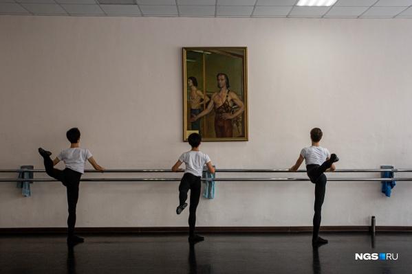 Великих танцовщиков не вырастить без великих примеров: с огромных портретов на студентов снисходительно смотрят артисты в своих лучших ролях