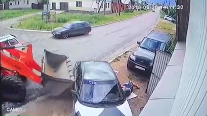 В Башкирии камеры засняли, как трактор смял припаркованные машины и задавил мужчину