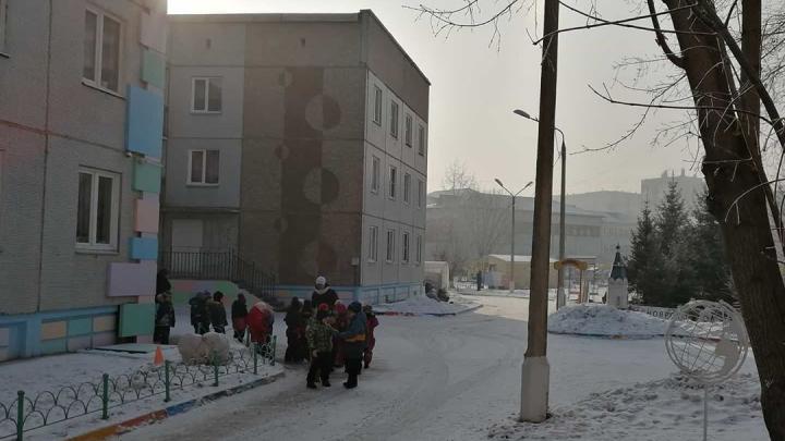 «Это рекомендации, запрета нет»: в детских садах устраивают прогулки, несмотря на НМУ