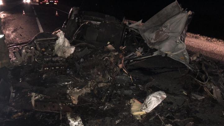 «Приора» — в щепки: под Самарой на трассе погибли водитель и пассажир ВАЗа
