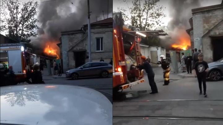 «Пришлось эвакуировать жильцов»: в центре Самары произошел крупный пожар