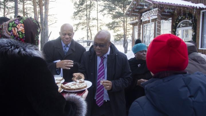 Выпили самогон, поели сала и покормили Мэра: на Урале посол ЮАР со свитой побывала у казаков