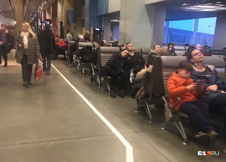 Челябинский аэропорт закрыли из-за сильного снегопада. Самолёты садятся в Кольцово