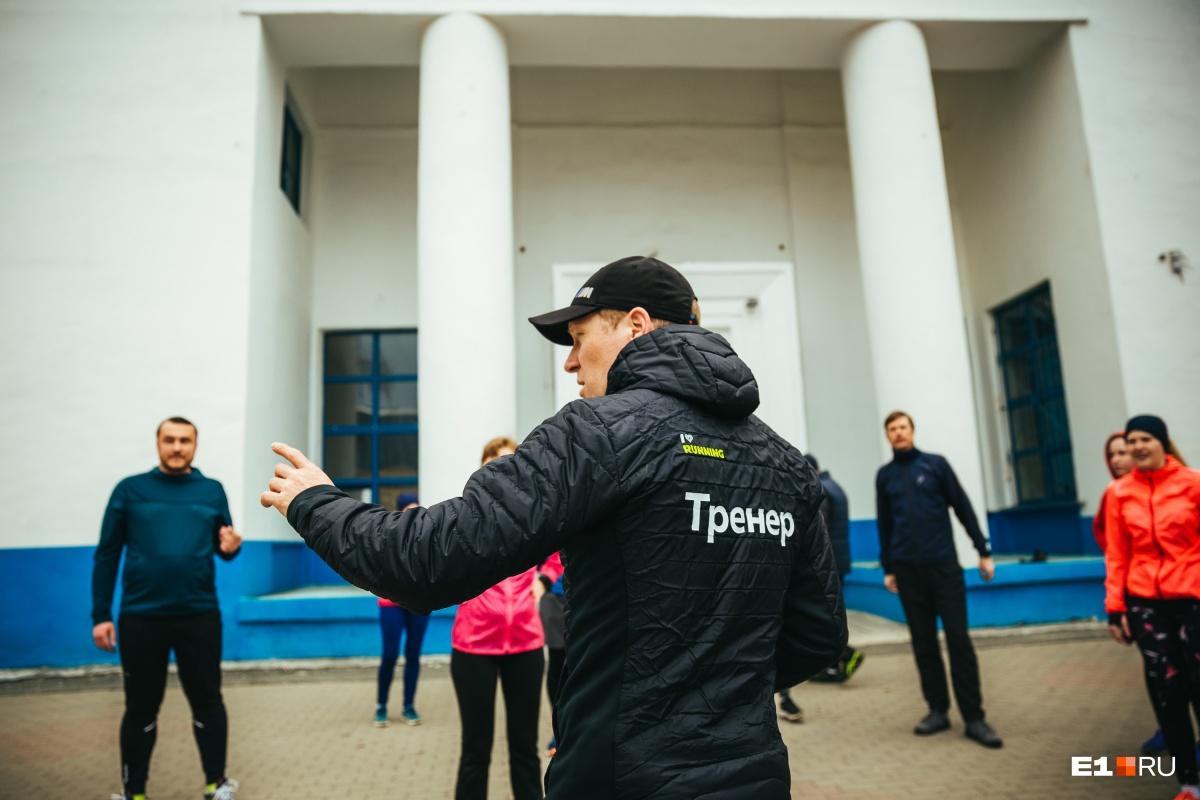Тренер Олег Кульков следит за бегунами на протяжении всей тренировки