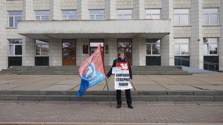 Профсоюзы встали с одиночными пикетами к зданию Архоблсобрания
