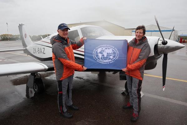 Сандра и Барри на фоне своего самолета