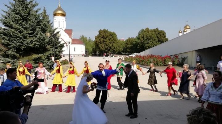 Русские, татары и таджики: в Тольятти прошёл фестиваль национальных свадеб