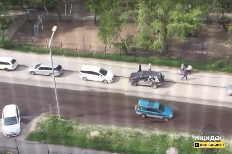 Поток воды залил улицу в Дзержинском районе