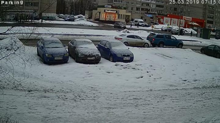 В Ярославле онлайн ищут водителя, скрывшегося с места ДТП на синем внедорожнике