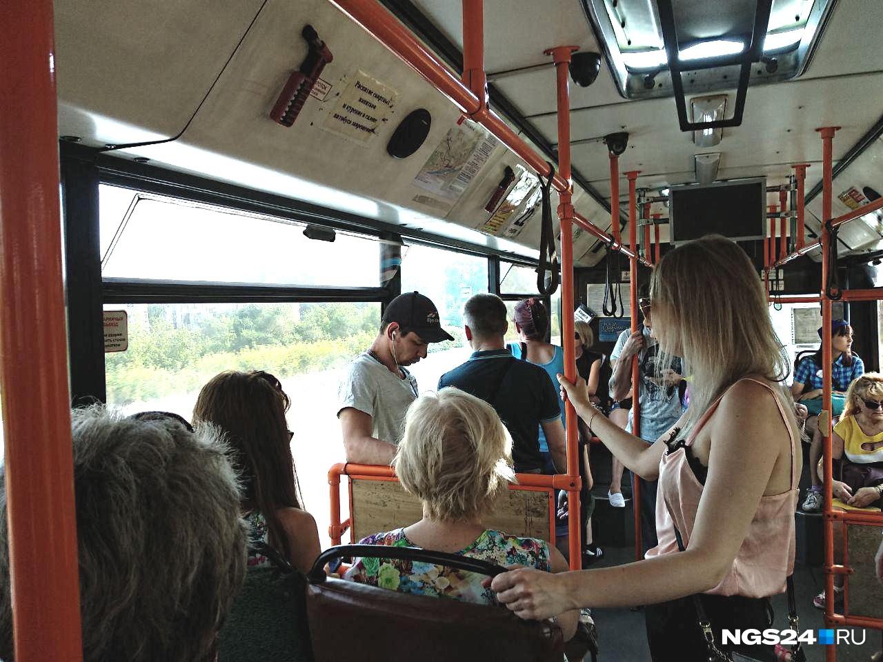 В автобусах распахнуты форточки и люки. Пока помогает: по салону пробегает лёгкий сквознячок