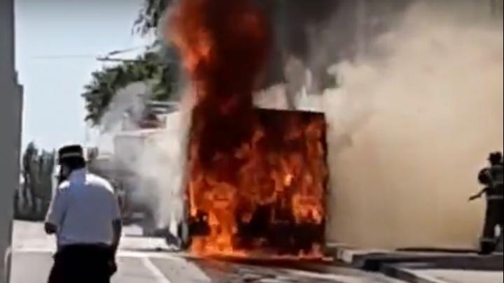 На проспекте Нагибина в Ростове сгорел автобус № 83