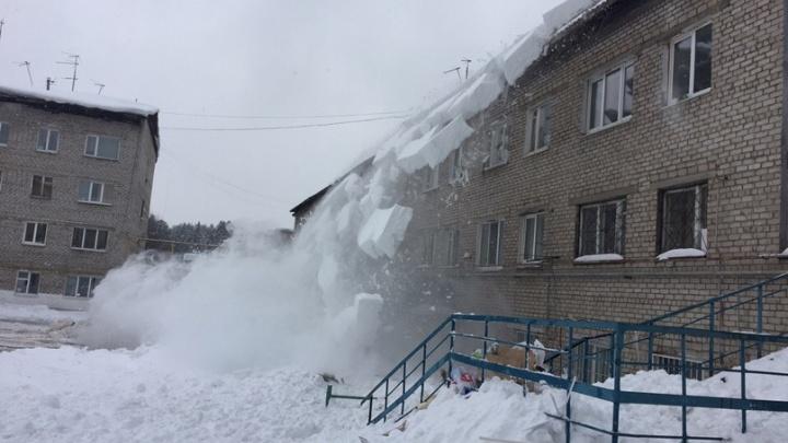 В Перми женщину придавило снегом, упавшим с крыши