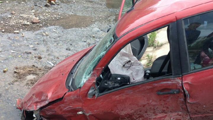 В Уфе легковушка врезалась в «Газель» и улетела в кювет: пострадали трое