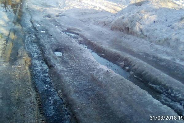 После новой проверки специалисты мэрии признали существование ледяной колеи и пообещали убрать её после потепления