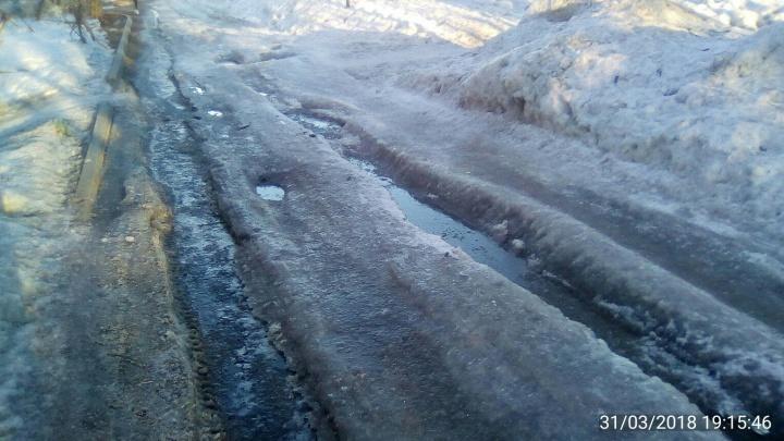 Просто денег нет: власти рассказали, почему не убрали опасную ледяную колею на Кубовой