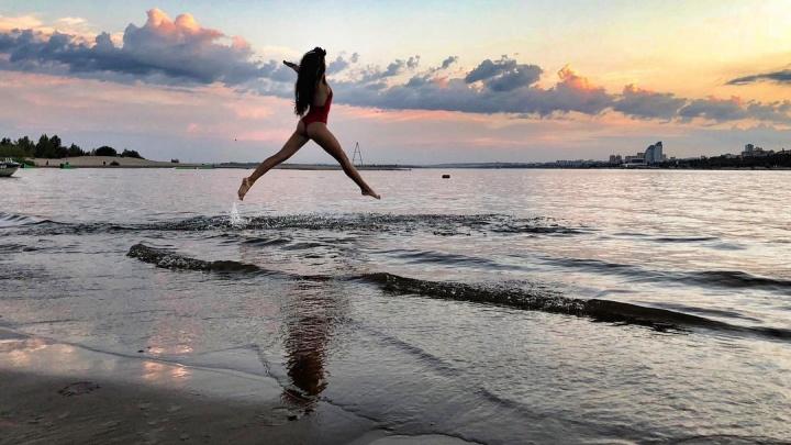Запомни это лето молодым и красивым: самые жаркие фото с волгоградских пляжей