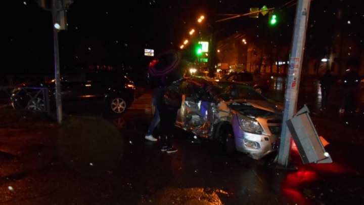 В центре Ярославля разбились «Шевроле» и «Ленд-Ровер»: от удара легковушка улетела в столб