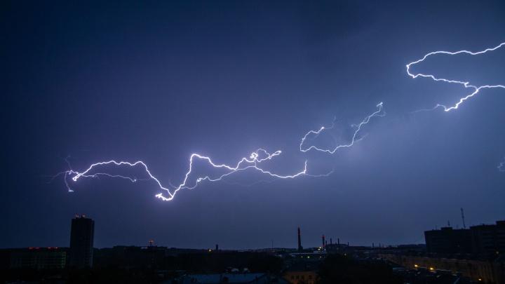 Ночью в Екатеринбурге разбушевалась гроза: подборка эффектных фото и видео