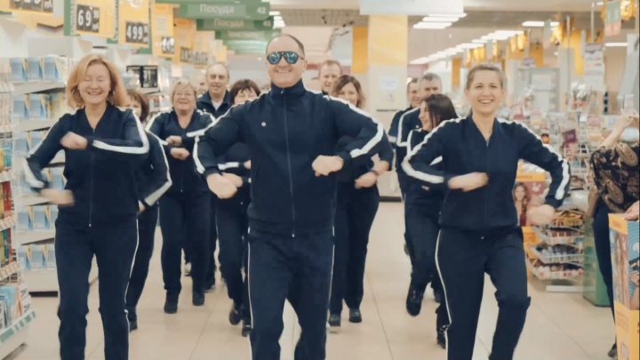 Котики и «скибиди»: 7 атмосферных новогодних роликов от красноярских компаний