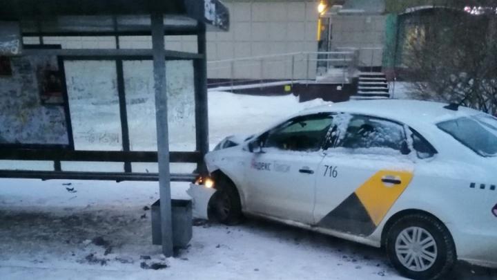 В Перми автомобиль такси влетел в остановку