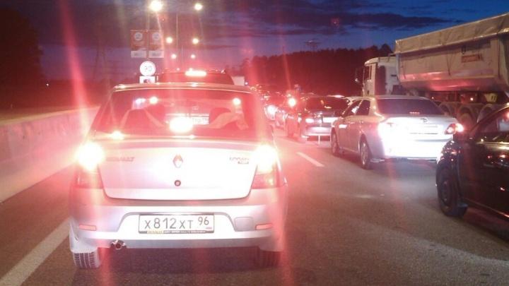 «Дорога в Екатеринбург была перекрыта»: на Кольцовском тракте сгорела «газель»