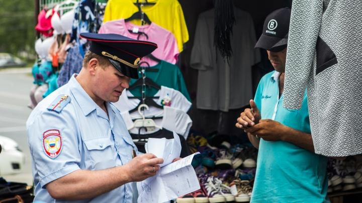 «Где твой хозяин?»: полиция и чиновники устроили облаву на торговые точки у «Золотой Нивы»