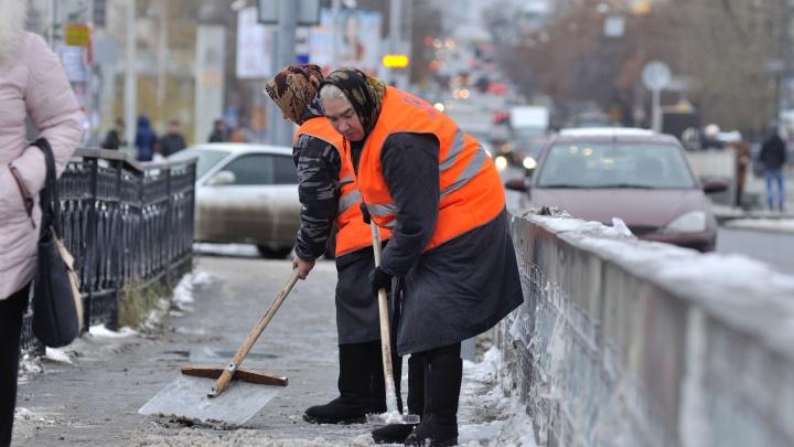Виновата погода: в мэрии Екатеринбурга пожаловались на сложности борьбы с гололедом