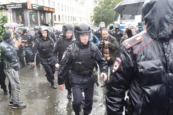 Полицейские задерживали журналистов, несмотря на редакционные удостоверения