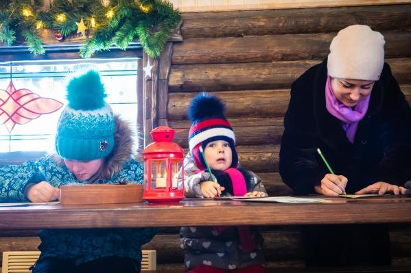 Пишут письма Деду Морозу как дети, так и взрослые