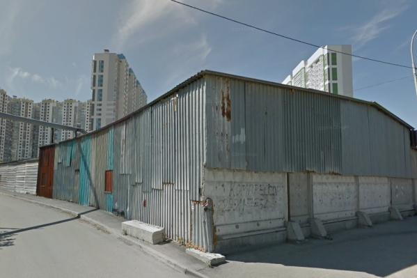 Участок, который продают под застройку домами, сейчас занимают склады