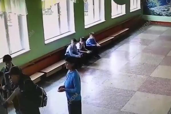 Мужчинажёстко схватил мальчика за шею и отвёл «на разговор»
