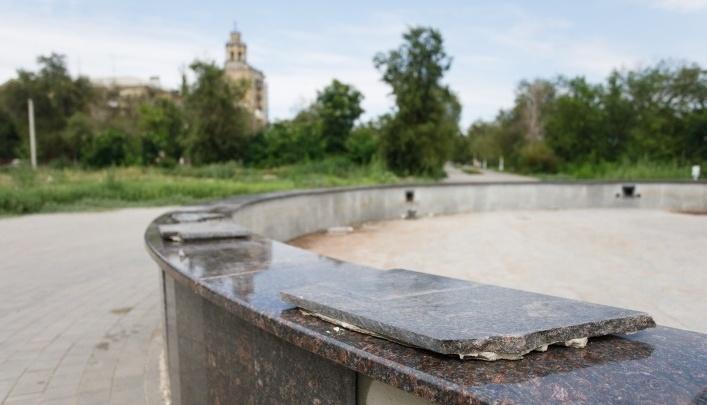 «Сталинграду помогали все»: волгоградец решил спасти перекопанный парк скамейками со всего мира