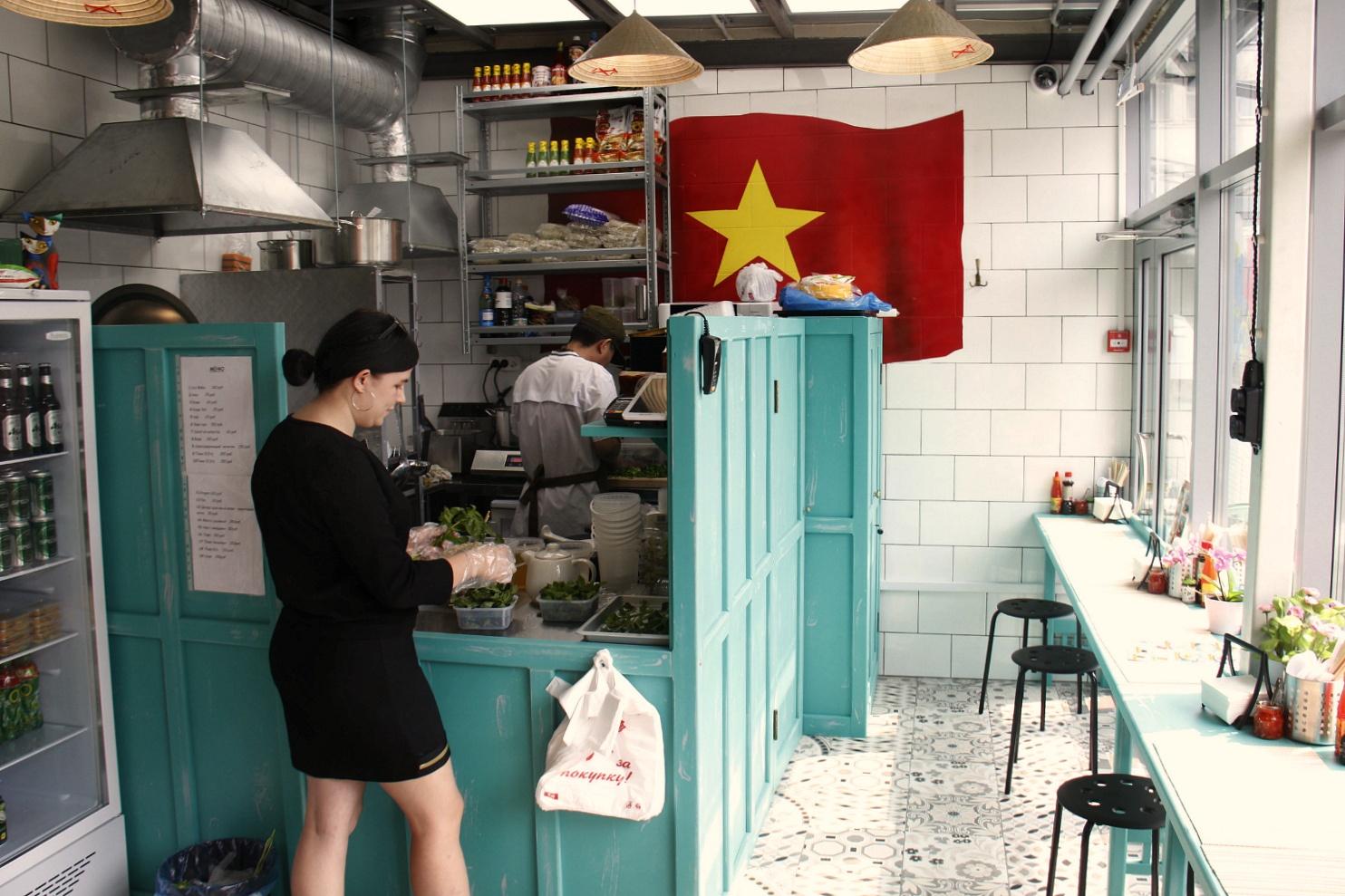 В закусочной Pho посадочные места есть не только внутри, но и снаружи