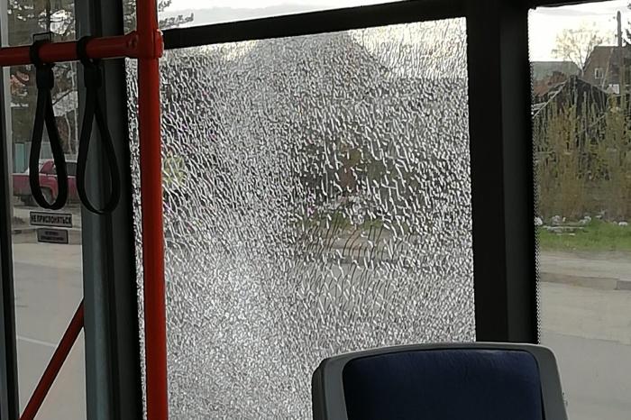 Разбитое стекло в трамвае  № 8