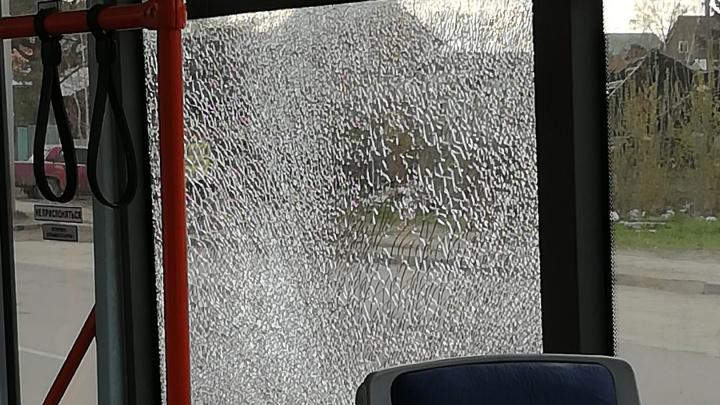 «Как будто хлопок от пневмата»: у трамвая с пассажирами на ходу лопнуло стекло