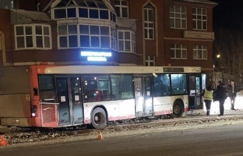 В Перми автобус врезался в столб