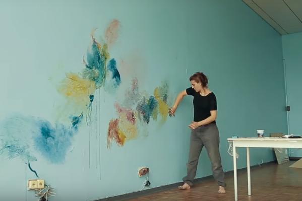 Элизабет Сен-Жальм за созданием абстрактной картины