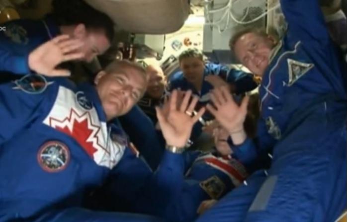 Экипаж поздоровался с прибывшими космонавтами