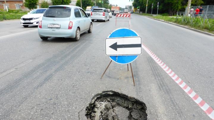 Асфальт на важной улице левобережья провалился в двух местах
