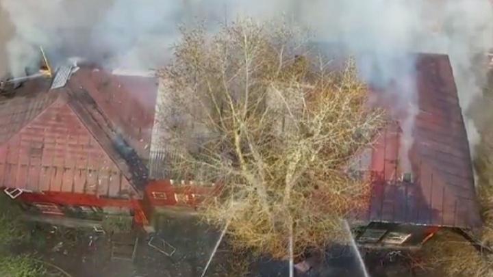 Пожар в Уфе: огнем охватило двухэтажный дом