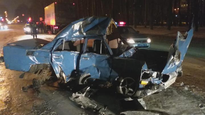 Машина всмятку: на Петухова водитель «Жигулей» погиб после столкновения с двумя фурами