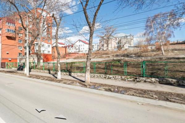 На этом пустовавшем участке строительная компания планирует возвести комплекс 6–8 этажных зданий