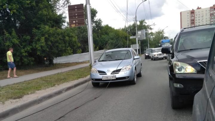 Оборванные провода упали на машину перед Димитровским мостом