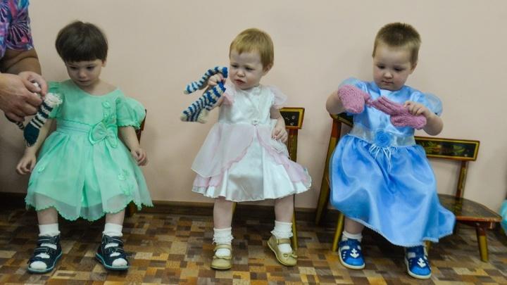 Трогательный фоторепортаж: в Екатеринбурге бабушки связали для малышей из детдома 100 пар носочков