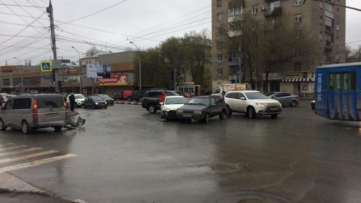 Тройное ДТП произошло на пересечении улиц Гоголя и Ипподромской в Новосибирске