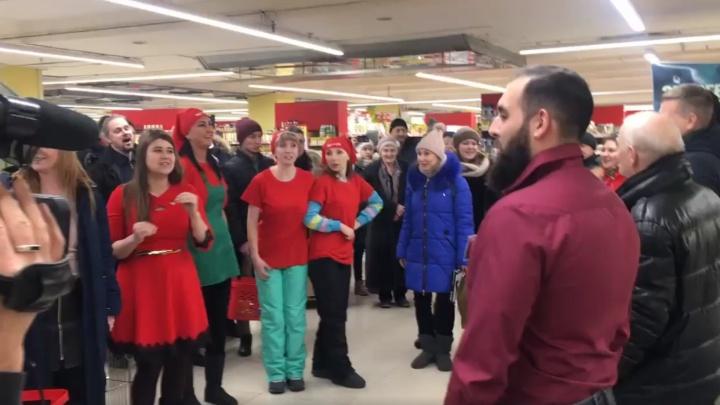 Музыкальный флешмоб устроили в супермаркете Красноярска. Видео