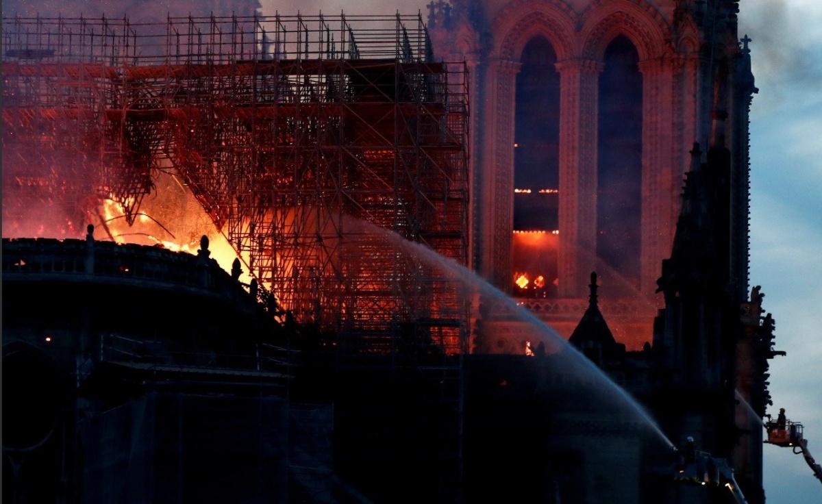 Тушить огонь сверху пожарные не могли, потому что боялись разрушить то, что уцелело